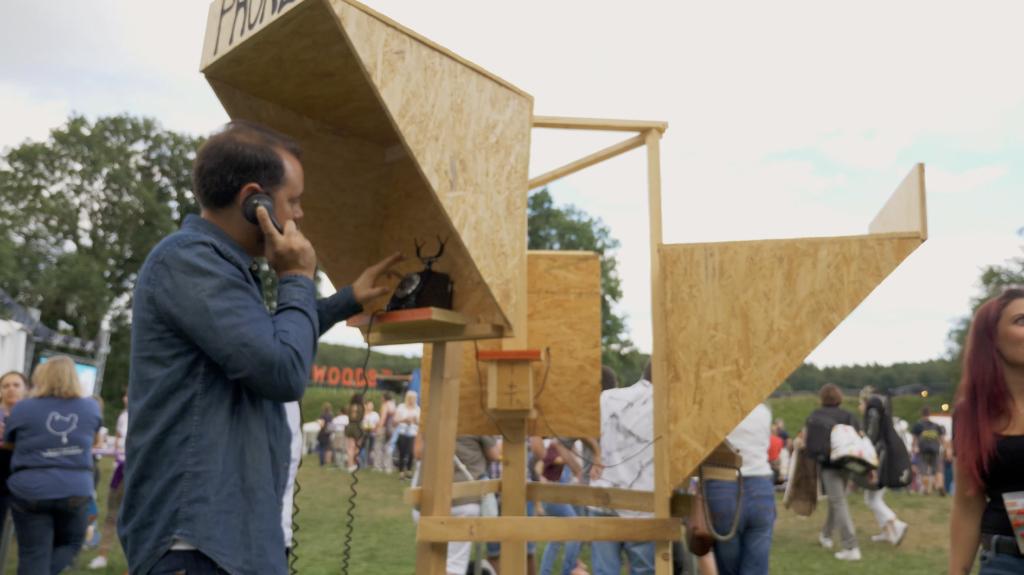 Cabine téléphonique au festival de Woodstock 50 à La Chaux en Suisse