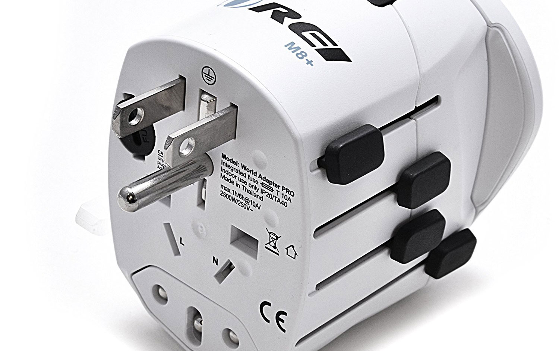 Quels adaptateurs électriques emporter en vacances ?
