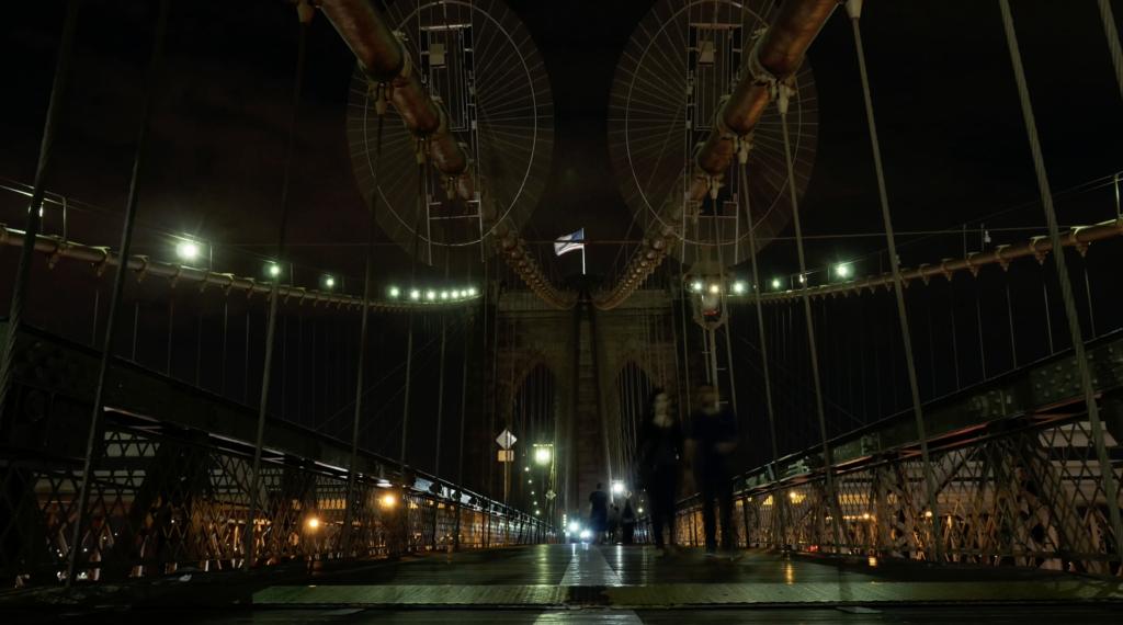 Le pont de Brooklyn de nuit pour les piétons