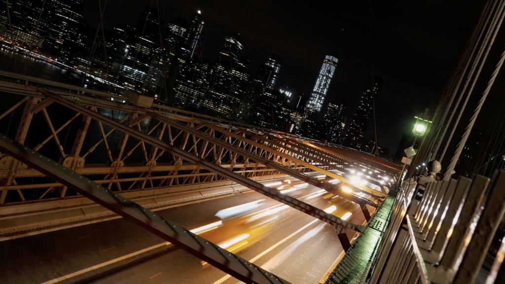 Le trafic routier de nuit sur le pont de Brooklyn