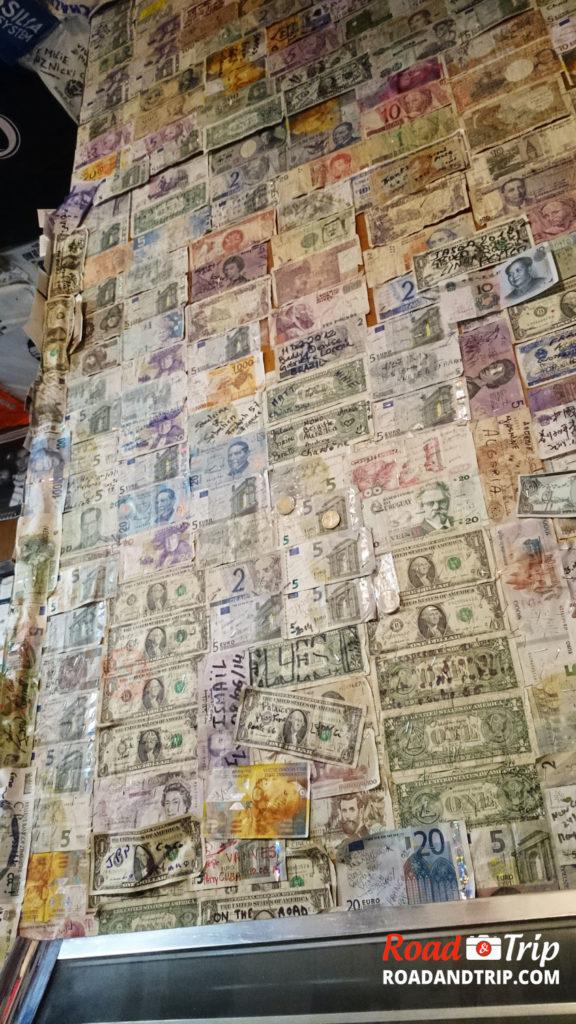 Les billets accrochés au mur