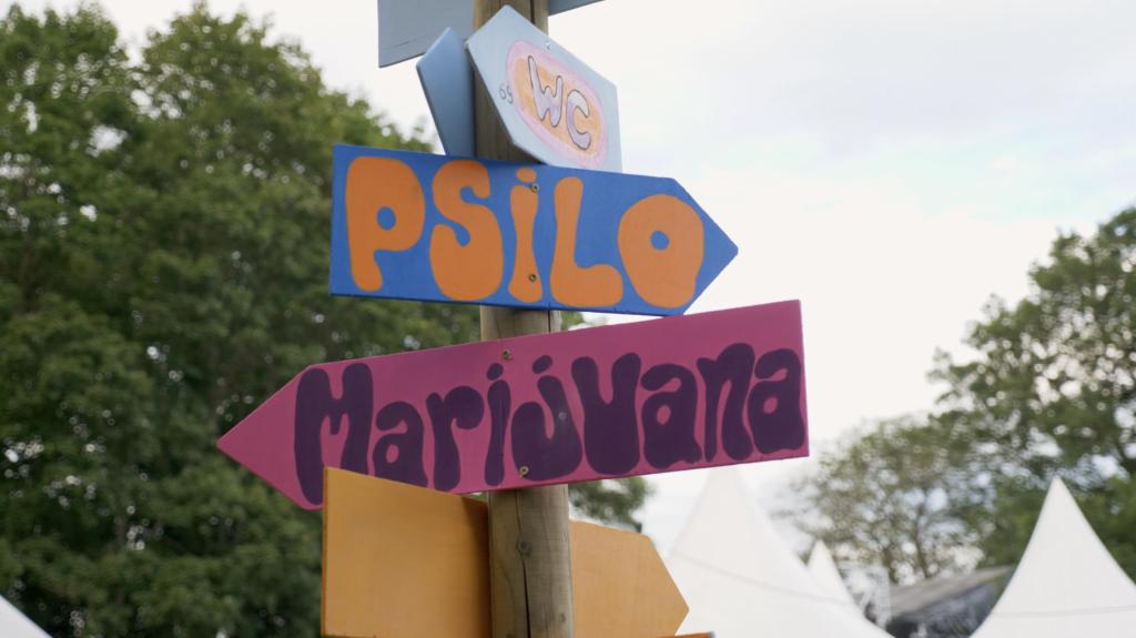 Panneaux au festival de Woodstock en Suisse