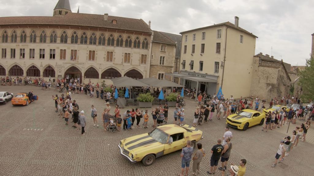 Parade dans la ville de Cluny pendant la Rencontre Européenne des Voitures Stars de Cinéma REVSC