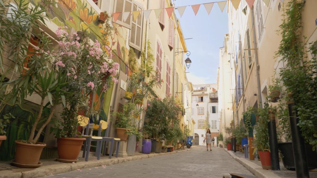 Ruelle fleurie dans le quartier du panier à Marseille