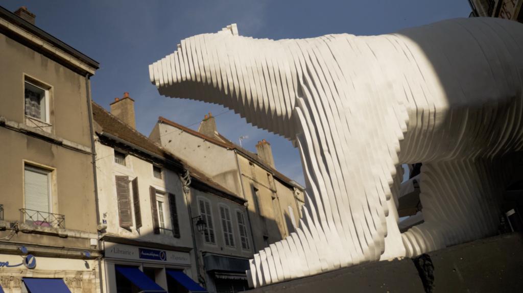Statue d'ours blanc à Saulieu